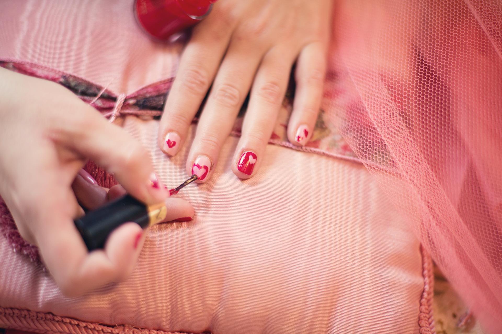 painting-fingernails-635261_1920